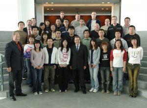 Bundeskanzler Gerhard Schröder empfängt chinesische Schulklasse und deutsche Studenten der Technikerschule Weilburg